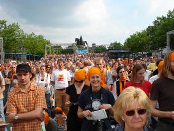 Besucher beim Eröffnungsgottesdienst