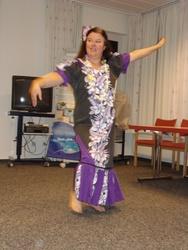 Brigitte Paul tanzt den Hula