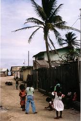 Kinder auf der Straße in Ebeye