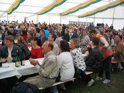 Zuschauer im Zelt