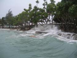 Hohe Wellen vor der Küste von Funafuti